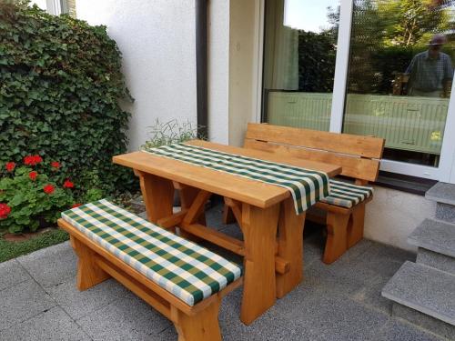 120cm Stuttgart mit und ohne Lehne, Sitzauflagen und Tischläufer