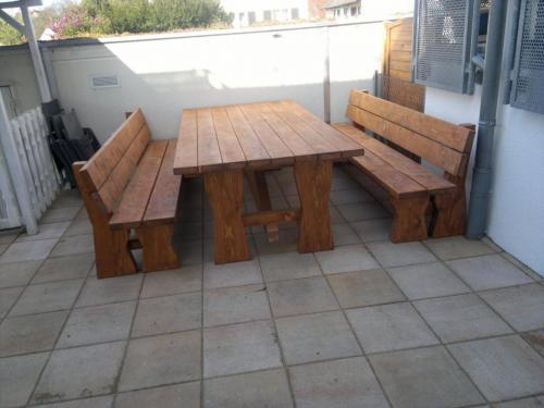 Extrabreiter Tisch mit 8 Dielen ca 120 cm breit